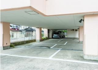 医院の1階に駐車場をご用意しております。