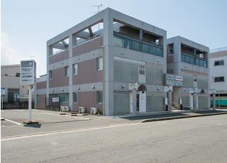 西鉄春日原駅西口徒歩4分の医療ビルの1階にございます。バリアフリーのため、車いす対応も可能です。また広々とした駐車場がございます。