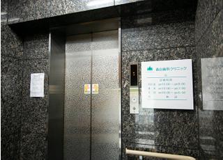 こちらのエレベーターで3階へお越しください。
