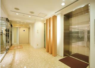 エレベータを上がった当院入口前です。