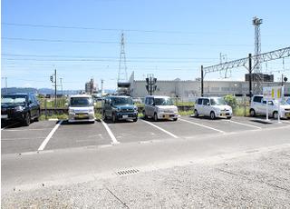 医院の南東側にも駐車場があります。
