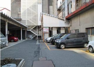 近くに提携駐車場が御座います。お気軽にお問合せ下さい。