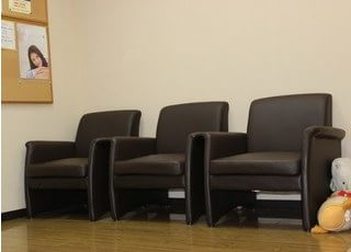 待合室のソファーです。壁には歯科関連ポスターを貼っています。