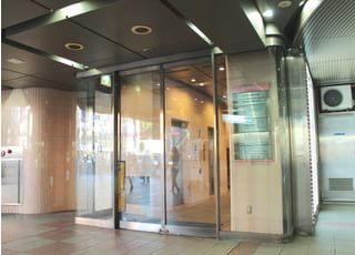 駅直結のビルの中なので、雨の日もストレスなく通院が可能です。