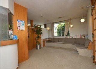 待合室のソファも広々としており、ゆったりとお待ち頂けます。