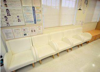 明るい雰囲気の待合室です。スタッフがお呼びするまでの間、こちらでお待ちください。
