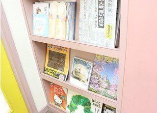 お子様には絵本、ご年配の方には新聞を用意しております。