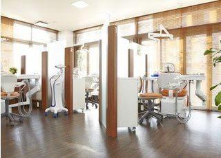 診療室はブースごとに分かれている明るい空間です。