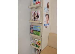 雑誌や本をご用意しておりますので、ご自由にお読みください。
