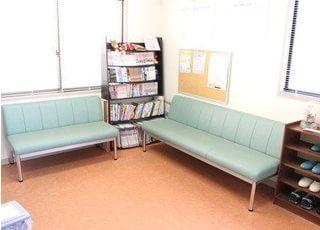 待合スペースです。患者様が退屈しないよう、本や漫画や置いています。