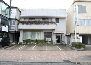 酒井歯科医院の外観です。駐車場もご用意しております。