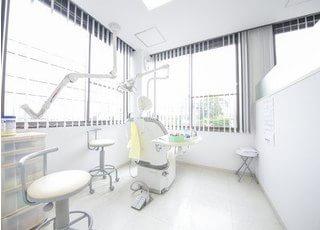 診療室には大きな窓があり、開放感のある院内となっております。