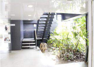 階段横にエレベーターもございます。