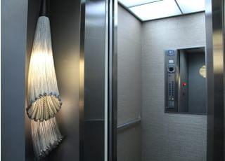エレベーターもご用意しておりますので、車いすの方や小さなお子さまでもご来院できます。