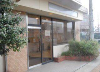 伊勢原駅から徒歩10分の位置にあるはらだ歯科市役所前診療室の外観です。