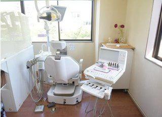 チェアです。診療は窓に面して明るく広々とした空間で行っています。