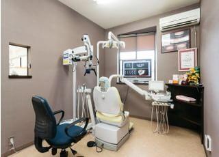 個室の診療室です。マイクロスコープなどの設備を備えております。