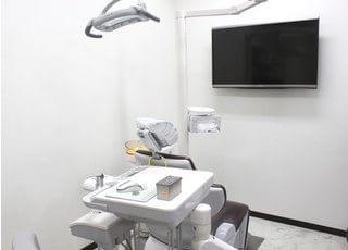 診療チェアでは、正面のモニターを用いて治療の説明を行います。