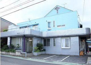 大月歯科医院の外観です。倉吉駅から徒歩 2分の場所にあります。