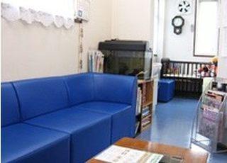 待合室です。鮮やかな青いソファが印象的です。