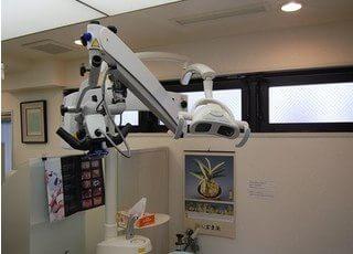 マイクロスコープを使い、肉眼では出来ない治療も行えます。
