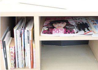 本や雑誌もありますので、自由にお読みください。