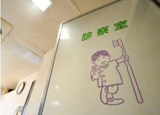 診療室への入り口には、院長の似顔絵イラストの入った扉があります。