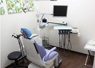 診療室です。モニター画面付きのチェアなので、ご自身の口内を確認しながら受診できます。
