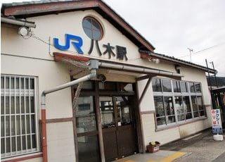 嶋村歯科診療所は八木駅から歩いて5分ほどの場所にあります。