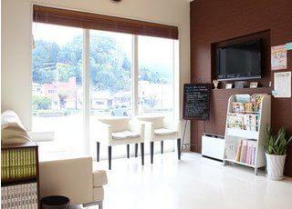 待合室です。大きな窓があり、開放感のある空間になっております。