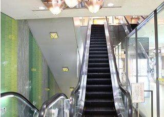 大阪駅前第4ビルの2階までお越し下さい。