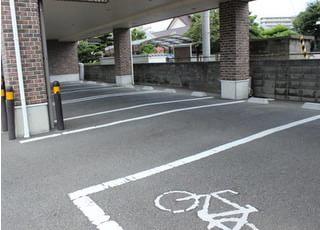 お車でお越しの際は1階にございます駐車場をご利用ください。