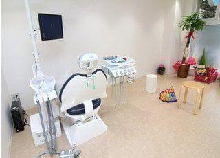 診療チェアの横には、お子様が楽しく待てるコーナーがあります。