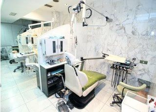 診療室は清潔感があり、パーテーションで区切られた3台のユニットを備えております。