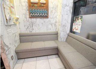 待合室です。患者様はソファにお掛けになってお待ち下さい。