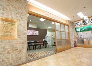 近鉄八尾駅より徒歩3分の位置にある、もりかわ歯科八尾西武診療所の外観です。