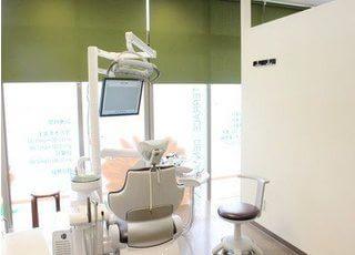 診療室です。窓に面しておりますので、開放的な空間です。