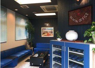 待合スペースです。青色のソファで、おくつろぎくださいませ。