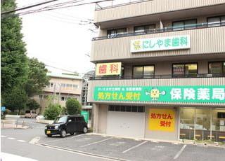 この建物の2階にございます。駐車場をご用意しておりますので、お車でもご来院していただけます。