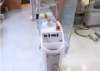 レーザーです。治療時の痛みを軽減や止血、治癒促進に効果があります。