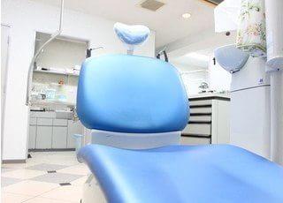診療室のチェアです。リラックスして治療を受けていただけます。