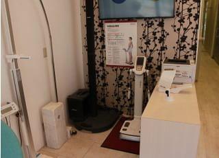 体の成長や健康を測定することができるエリアです。待合室の一角なのでご希望があればすぐ測定することができます。