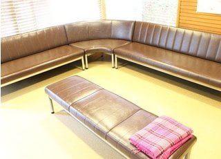 広々としたソファーに座ってお待ちいただけます。