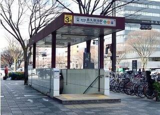 烏丸御池駅から徒歩5分のところにございます。