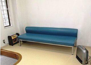待合スペースです。お呼びするまでの間、こちらでお待ちください。