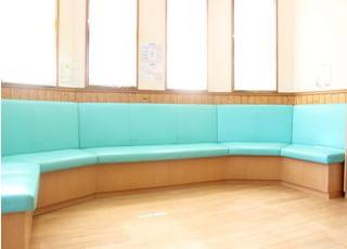 待合室です。広々としており、リラックスしてお待ちいただけます。