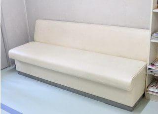 待合室にはふかふかなソファーがあるので、快適にお待ちになれます。