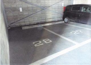 駐車場は当ビルの1階と医院より南にあるラーメン屋さんのあるビルの駐車場に専用駐車スペースを用意しております。