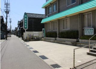 医院には隣接している駐車場がございます。