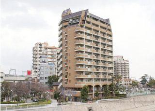 阪急 宝塚駅から徒歩3分、「花の道」からすぐのマンション2階にございます。